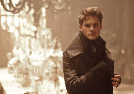 great-expectations-jeremy-irvine-foto-dal-film-01_mid